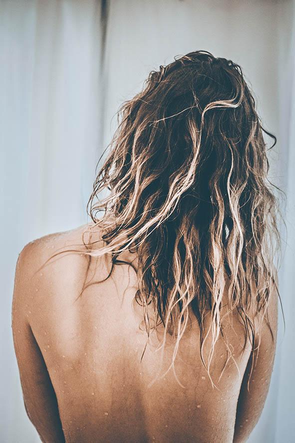 Frau mit Blonden Haaren. Rückenansicht