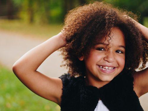 Kleines Mädchen mit lockigen Haaren