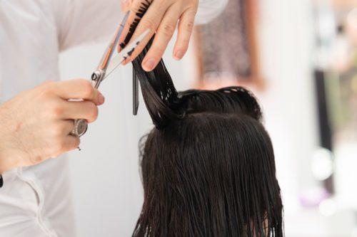 Friseur schneidet Spitzen