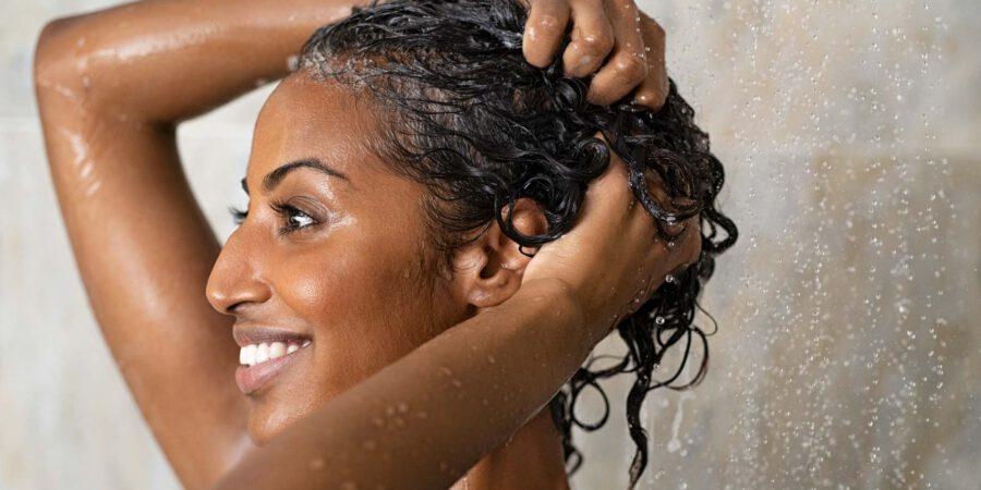 Frau wäscht Haare